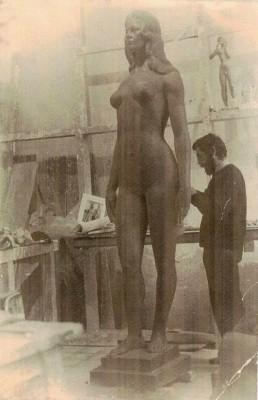 El escultor junto a la figura de Analía Gadémodelada para la película El Monumento, de José María Forque