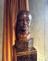 Retrato de Mercedes Salvide Echeverría en bronce